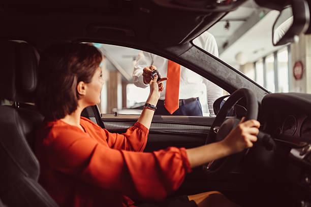 kauf eines neuen autos - mietwagen stock-fotos und bilder