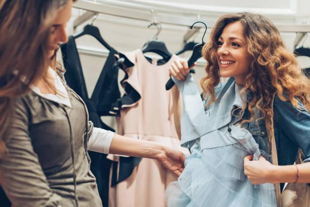 ein neues abendkleid zu kaufen - festliche kleider kindermode stock-fotos und bilder