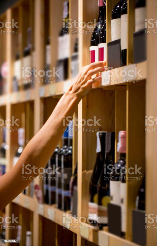 Kauf einer Flasche Wein – Foto