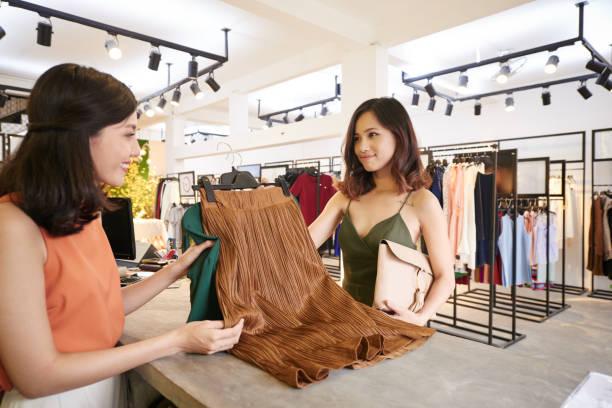 洋服を購入 - 小売販売員 ストックフォトと画像