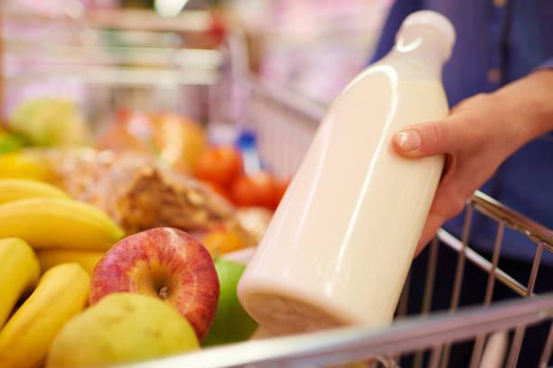 Kauf von Milchprodukten – Foto
