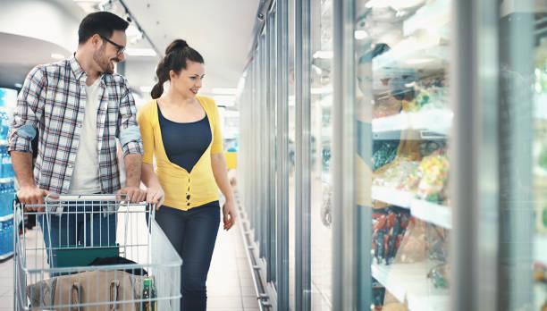 lebensmittel im supermarkt kaufen - kühlraum stock-fotos und bilder