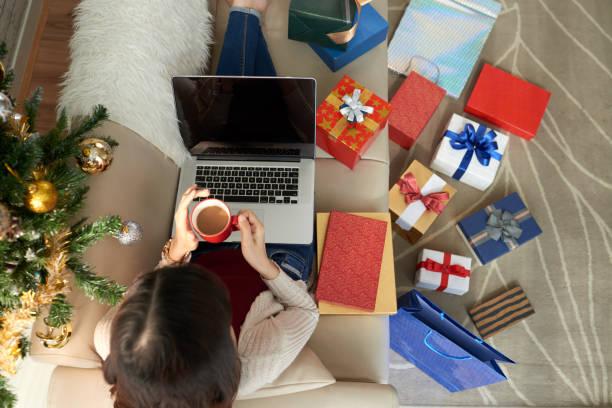 viele geschenke kaufen - weihnachten vietnam stock-fotos und bilder