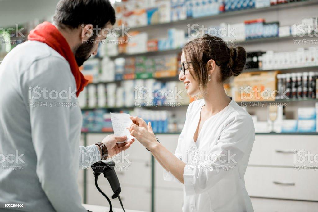 Medikamente in der Apotheke kaufen – Foto