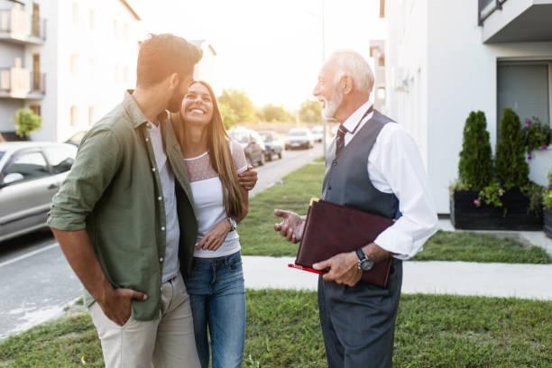 neues haus kaufen - immobilienmakler stock-fotos und bilder