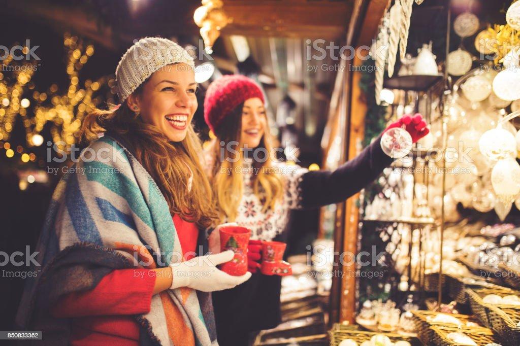 Kauf auf Weihnachtsmarkt - Lizenzfrei Aussuchen Stock-Foto