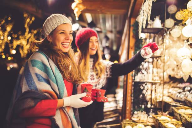 kauf auf weihnachtsmarkt - christkindlmarkt stock-fotos und bilder