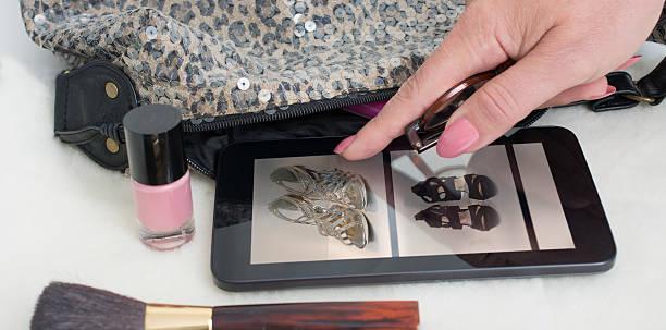 kauf schuhe online - modeschmuck online shop stock-fotos und bilder