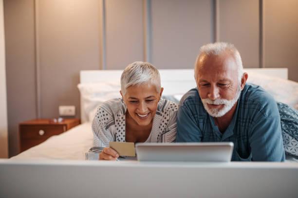 kaufen ihren enkeln präsentiert - seniorenwohnungen stock-fotos und bilder