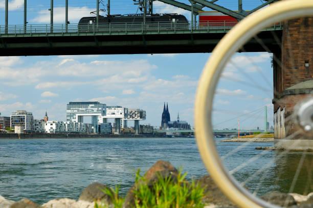 Mit dem Fahrrad am Rhein, Köln, Deutschland – Foto