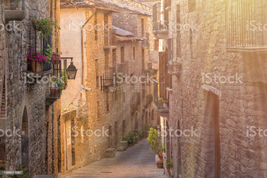 Por el pueblo de Ainsa, en la provincia de Huesca - foto de stock