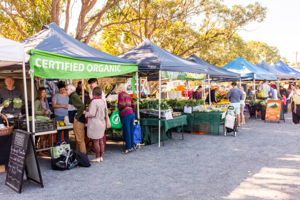 Byron Bay Farmers Market, Byron Bay, New South Wales, Australia Byron Bay, Australia - September 17, 2014:  Various stalls selling goods at Byron Bay Farmers Market, Byron Bay, New South Wales, Australia farmer's market stock pictures, royalty-free photos & images