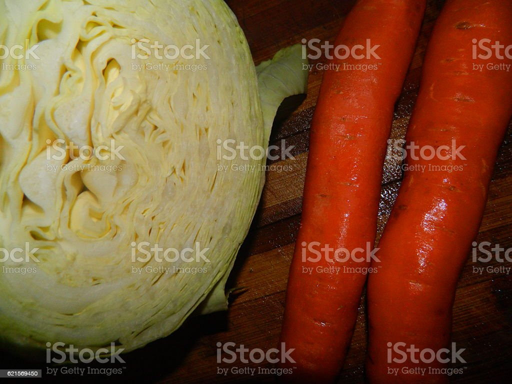 cabbage and two orange carrots photo libre de droits