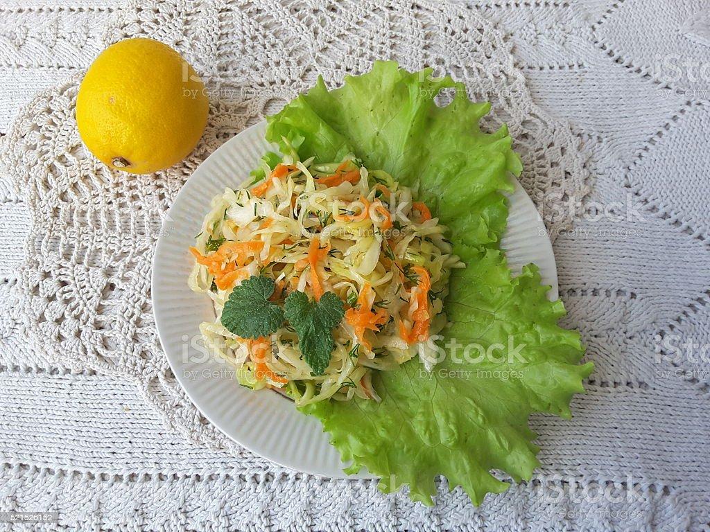 Капуста салад с лимон, на чашку с воланом стоковое фото