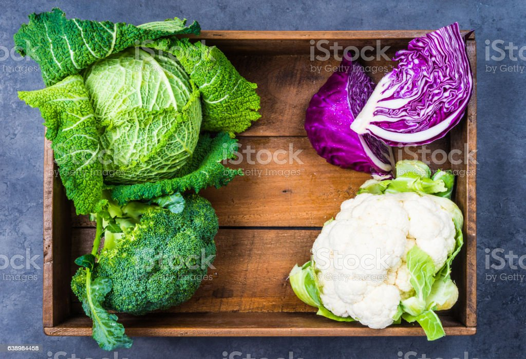 Cabbages in wooden box. - foto de stock