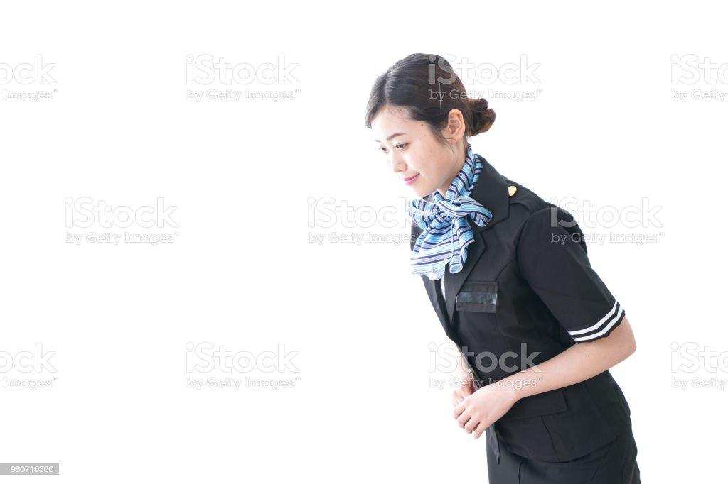 Weiblichen Flugbegleiter einen Mitte erwachsenen Mann im
