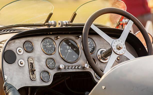 kabine-dashboard von retro-bugatti jahrgang sport auto - oldtimer veranstaltungen stock-fotos und bilder