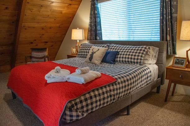 kabine dekor, bed & breakfast - cottage schlafzimmer stock-fotos und bilder