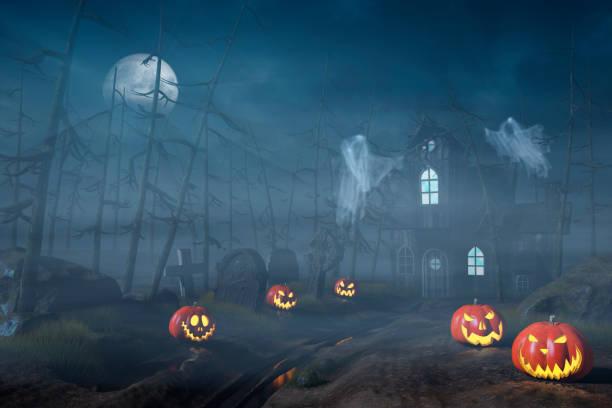 Cabaña en un bosque con linternas de calabaza de Halloween en la noche - foto de stock