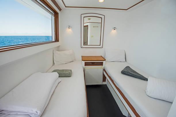 kabine in einer privaten luxusyacht - nautisches schlafzimmer stock-fotos und bilder