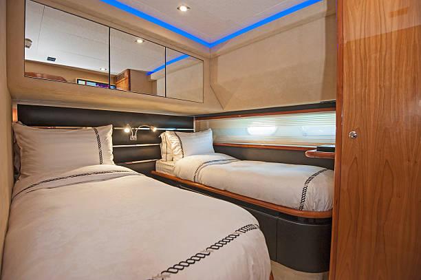 kabine mit einer luxuriösen privaten motor yacht - nautisches schlafzimmer stock-fotos und bilder