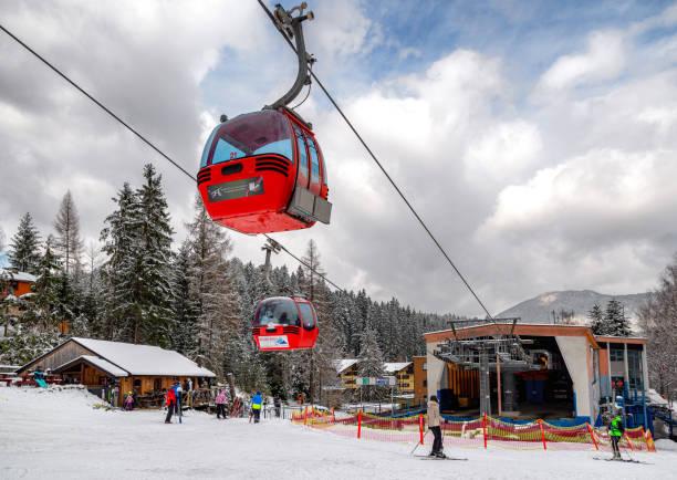 리조트 hrabovo, 슬로바키아의 슬로프에서 케이블카와 스키어의 오두막 - 벨리카 파트라 뉴스 사진 이미지
