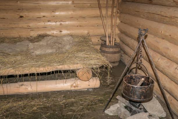 kabine des jägers - jagdthema schlafzimmer stock-fotos und bilder