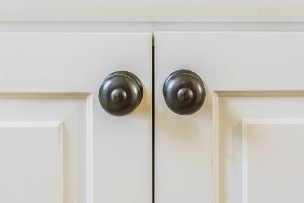 cabinet türgriffe - griffe für küchenschränke stock-fotos und bilder