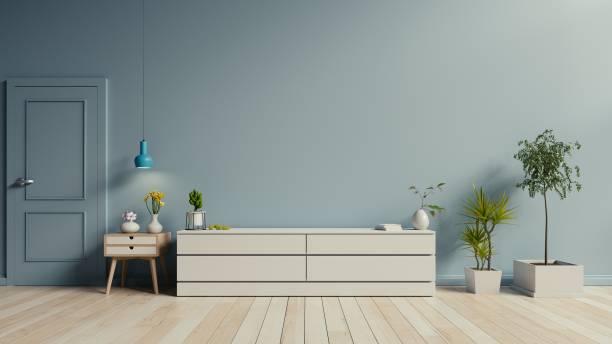 Mueble TV en el piso de madera - foto de stock