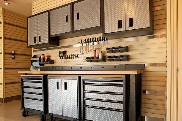 schränke und rolltisch in der garage arbeitsbereich - carport stock-fotos und bilder
