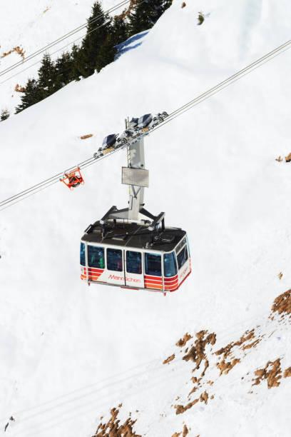 Seilbahn-Hütte im Wintersport resort Schweizer Alpen männlichen – Foto