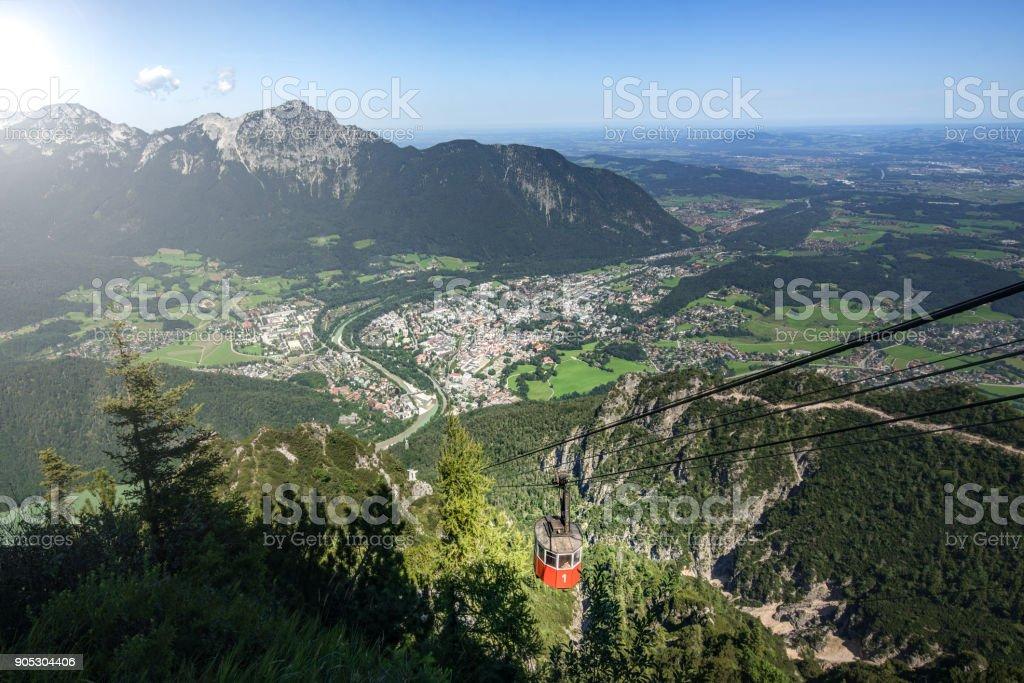 Seilbahn hoch über die alpine Stadt von Bad Reichenhall im schönen Bayern. – Foto