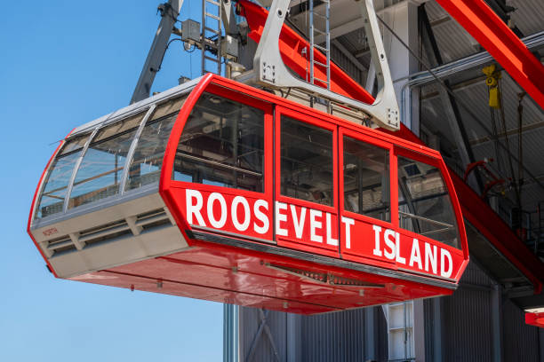 cable car leaving station in roosevelt island heading towards manhattan - roosevelt island foto e immagini stock