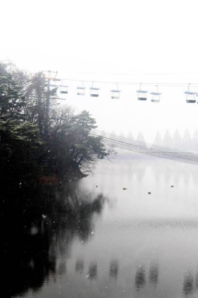 seilbahn von guten winter als hintergrund - spiegelt sich in einem see - fiss tirol stock-fotos und bilder