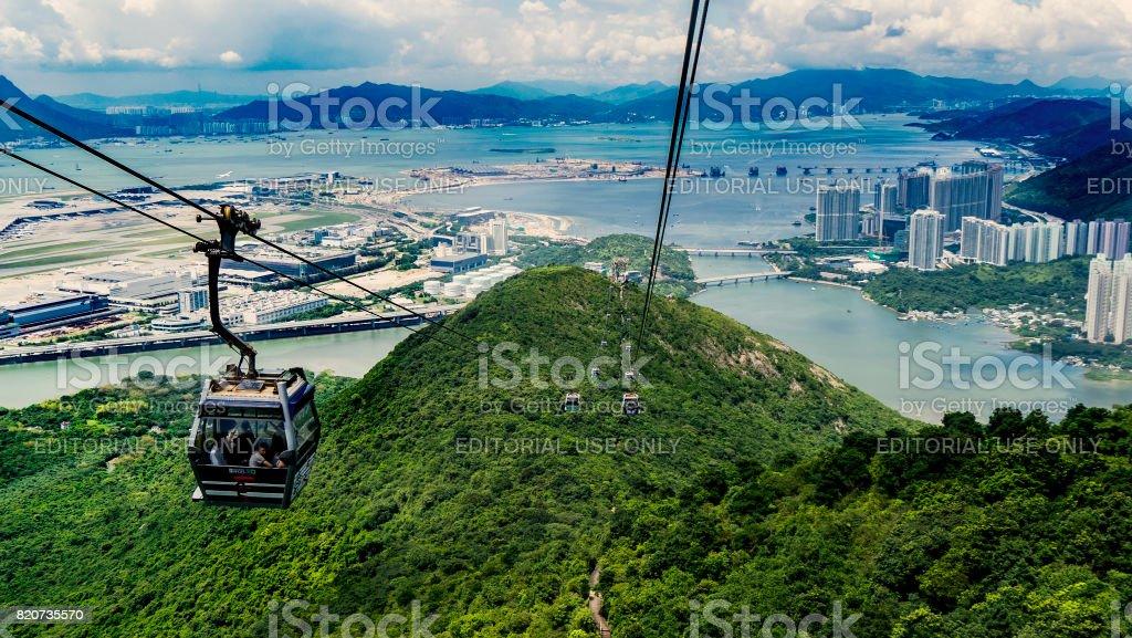 Teleférico sobre as montanhas em Hong Kong - foto de acervo