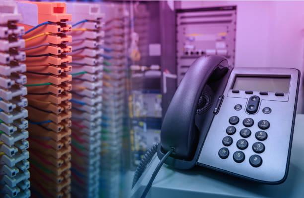 cabo no painel de remendo de sistema PABX e telefone IP - foto de acervo