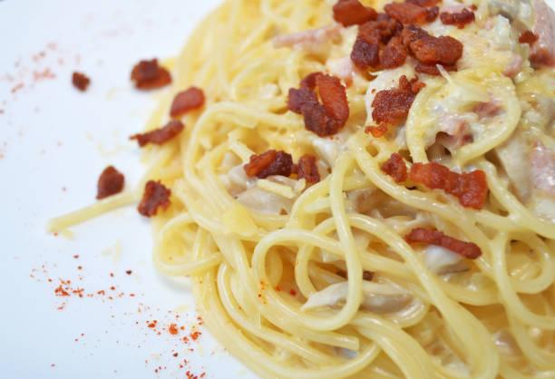 cabonara spaghetti closeup - pasta cabonara stock-fotos und bilder