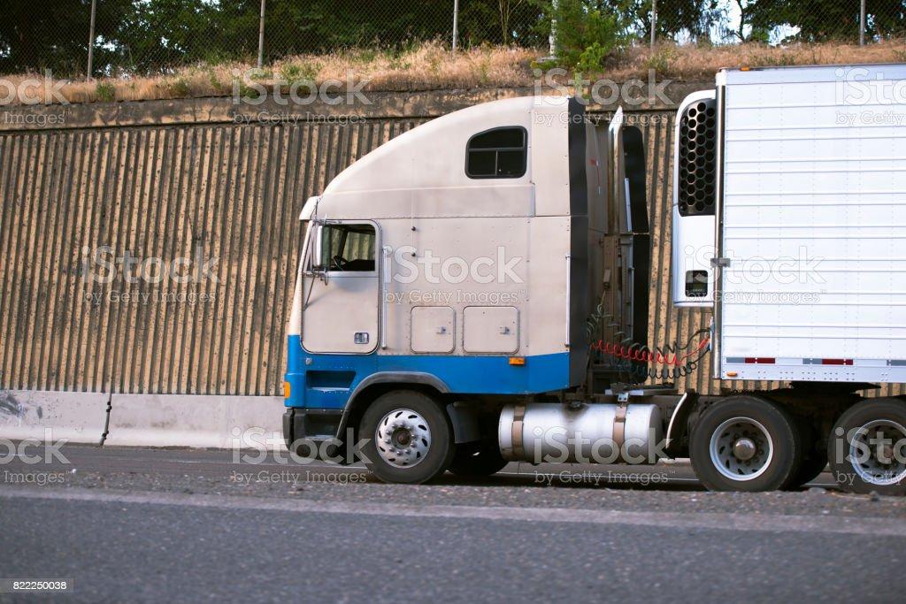 Kühlschrank Transport Auto : Alkoven alte sattelschlepper mit kühlaggregat auf kühlschrank