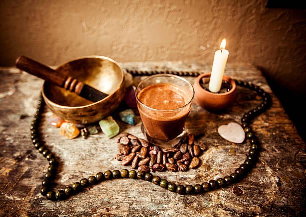kakao getränke, tibetische kristallschale und edelsteinen - altar stock-fotos und bilder