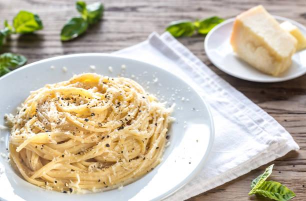 cf. cacio e pepe - spagetti peynir ve biber ile - tane biber stok fotoğraflar ve resimler