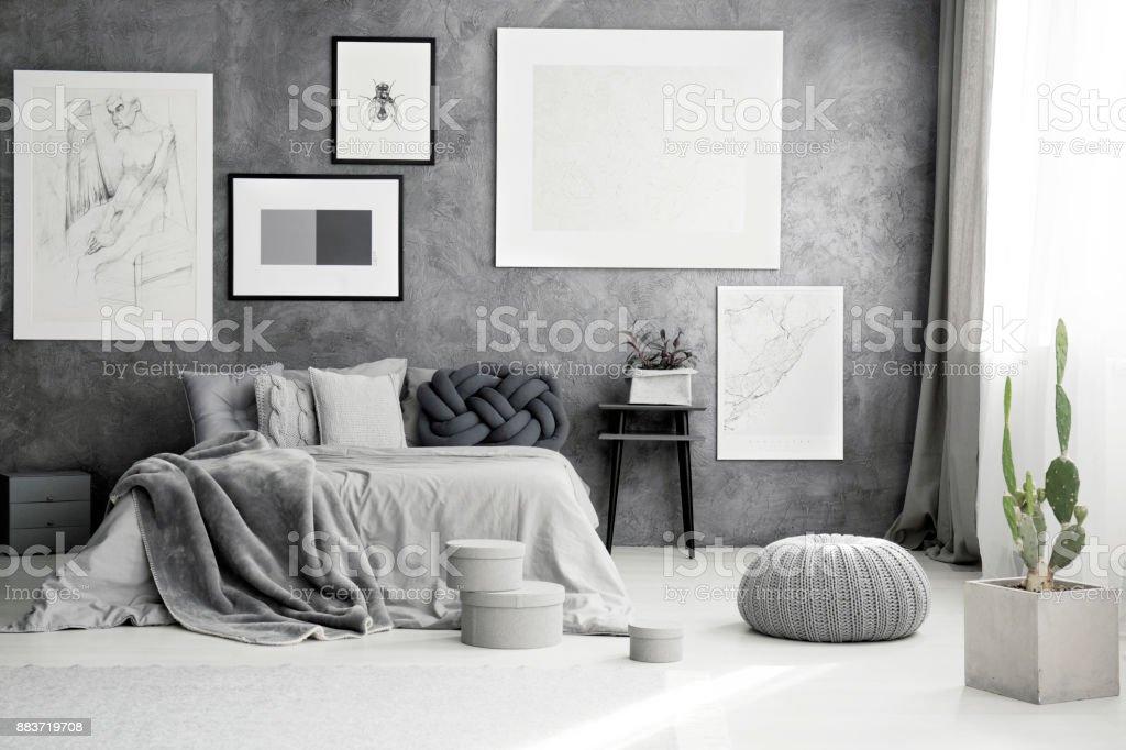 Kakteen Und Hocker In Schlafzimmer Stock-Fotografie und mehr Bilder ...