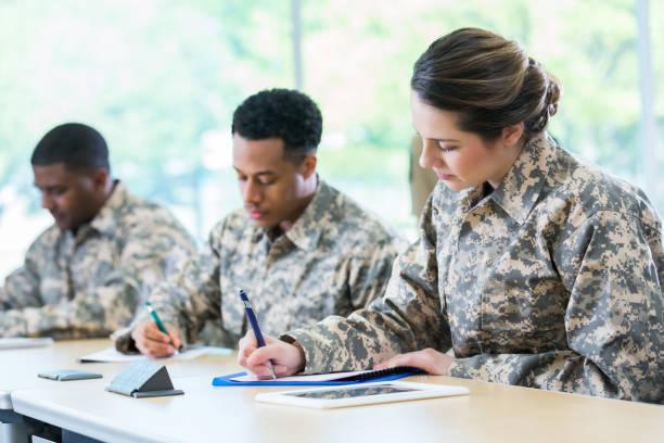 kadetten beteiligen militärakademie test. - militärisches training stock-fotos und bilder