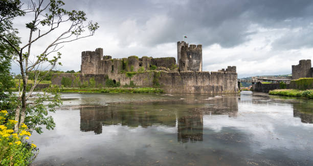 caerphilly kasteel reflecteren in de gracht - turret arch stockfoto's en -beelden