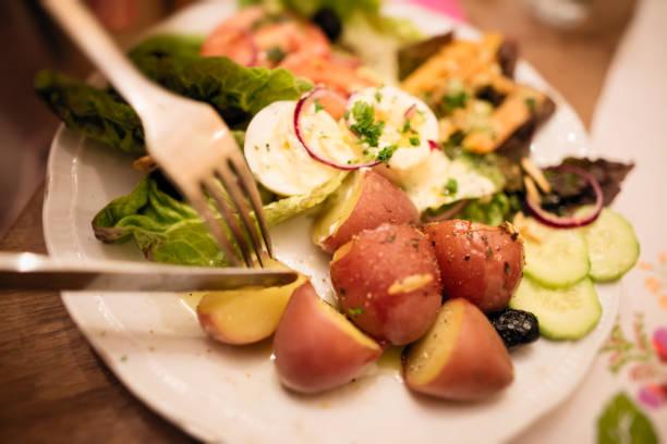caesar-salat - oliven wohnzimmer stock-fotos und bilder