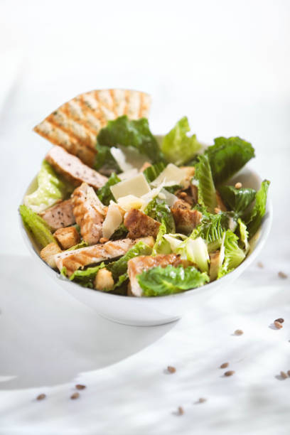 cäsar-salat mit hühnchen - gesunde dip rezepte stock-fotos und bilder