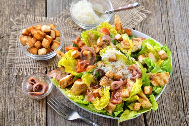 Caesar-Salat mit gegrilltem Huhn – Foto