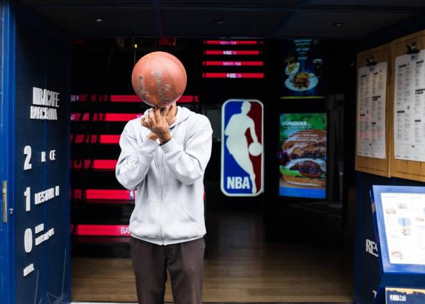 NBA Café Barcelona in Barcelona. Fit man spinnt einen Basketball. – Foto
