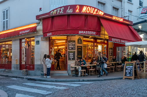 Far from being a tourist trap, the café des deux moulins remains one of the mythical places of the Montmartre district. Sometimes a bar or neighbourhood café filled with regulars, sometimes a bistro with traditional home cooking based on fresh products, it is also known for having served the film