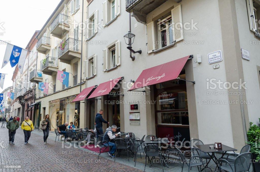 Café In Der Stadt Alba In Italien Stockfoto und mehr Bilder ...