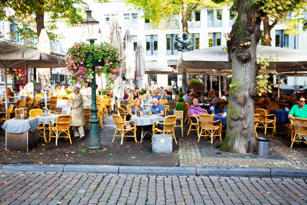 cafe and bistro break on onze lieve vrouweplein in maastricht - maastricht stockfoto's en -beelden